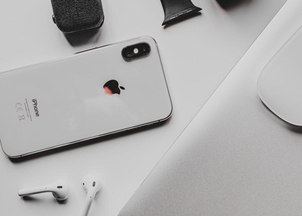 Bild på iphone och hörlurar för att symbolisera digital minimalism