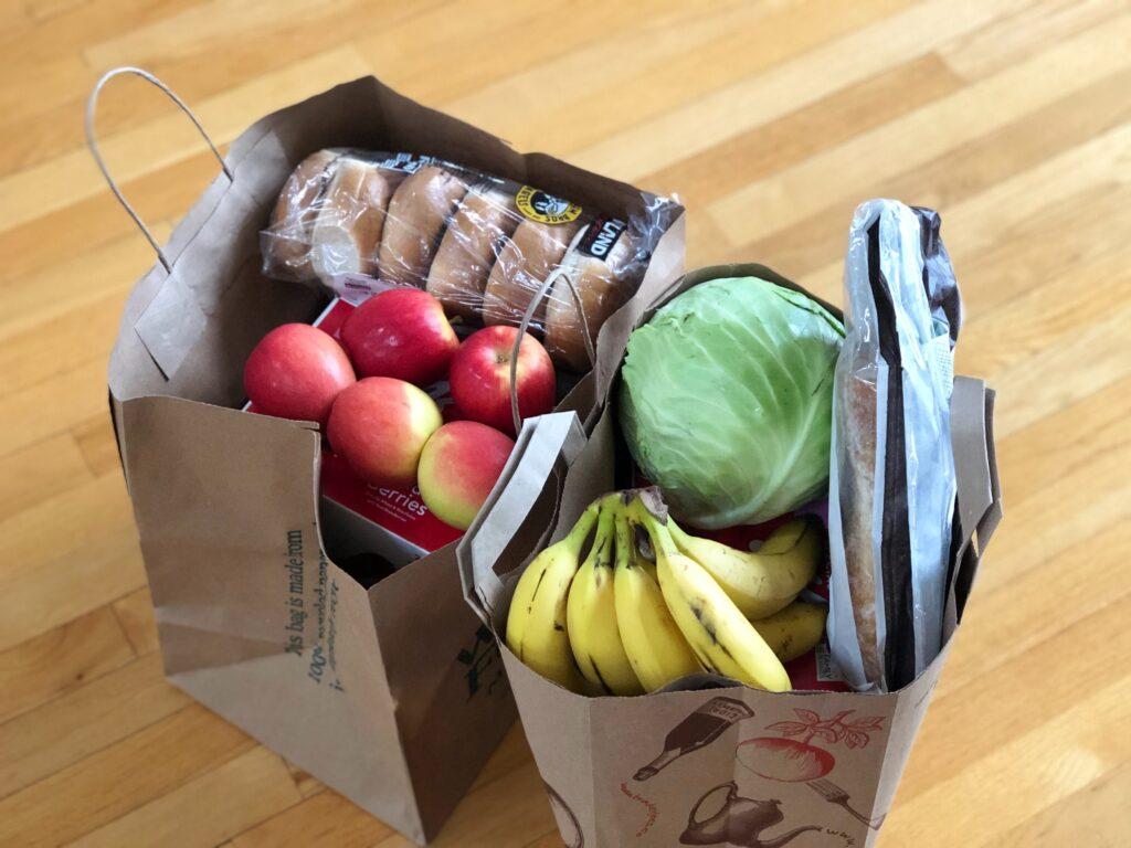 En matkasse fylld med matvaror