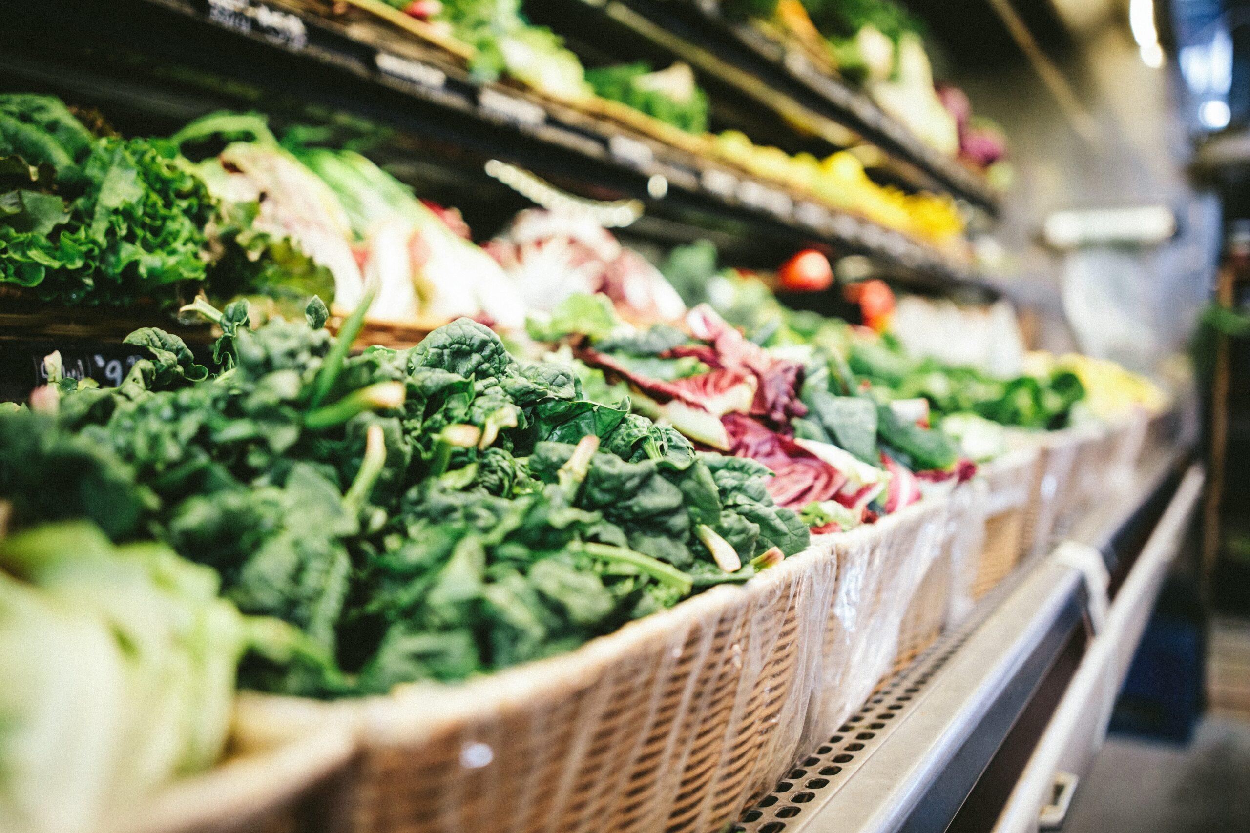 Frukt och gröntavdelningen i en matbutik